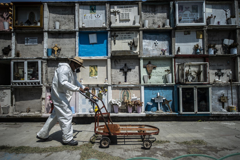 Foto de archivo del 18 de mayo de 2020 en el cementerio municipal del Ciudad Nezahualcoyotl, un trabajador empuja un carro para transportar ataúdes, en el Estado de México.