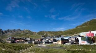 Le Pas de la Case et ses boutiques, à la frontière pyrénéenne entre l'Andorre et la France; le 27 juillet 2017