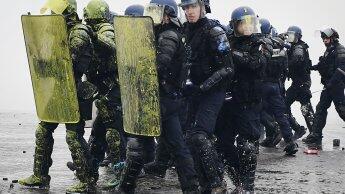 """رجال الشرطة خلال احتجاجات """" السترات الصفراء"""" بباريس"""