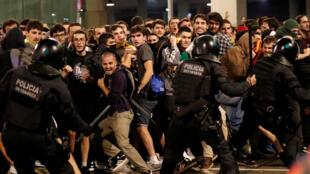 Heurts entre policiers et manifestants indépendantistes bloquant l'aéroport de Barcelone, lundi 14 octobre.