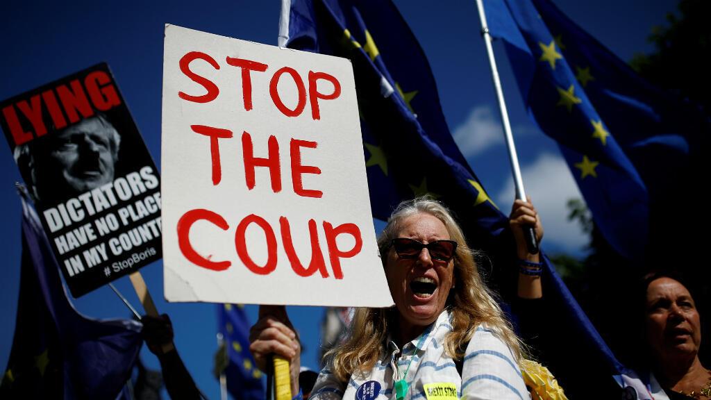 """Una manifestante contra el Brexit asiste a una manifestación frente al Parlamento británico con una pancarta que dice """"Paren el golpe"""". Londres Reino Unido, el 4 de septiembre de 2019."""