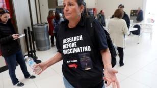 Una mujer que se opone a las vacunas participa en una manifestación en West Nyack, N.Y., luego de que funcionarios en un suburbio de la ciudad de Nueva York prohibieran a los niños no vacunados contra el sarampión en los espacios públicos, el 28 de marzo de 2019.