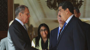 El presidente de Venezuela, Nicolás Maduro, se da la mano con el ministro de Relaciones Exteriores de Rusia, Sergey Lavrov, en el Palacio de Miraflores en Caracas, Venezuela, 7 de febrero de 2020.