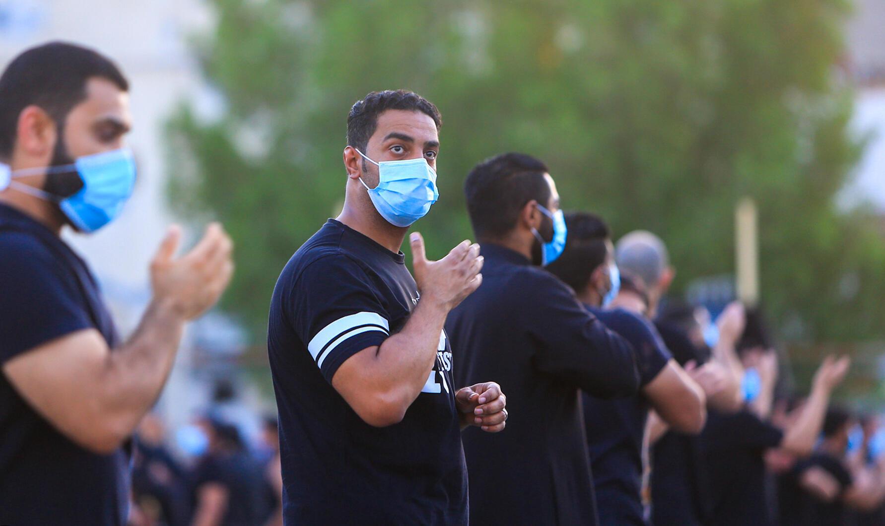 مصلون شيعة سعوديون يحضرون طقوس إحياء ذكرى وفاة حفيد النبي محمد الإمام الحسين في اليوم التاسع من شهر محرم الهجري في مدينة القطيف بالمنطقة الشرقية، على بعد 400 كم من العاصمة الرياض، في 29 أغسطس/ آب 2020.