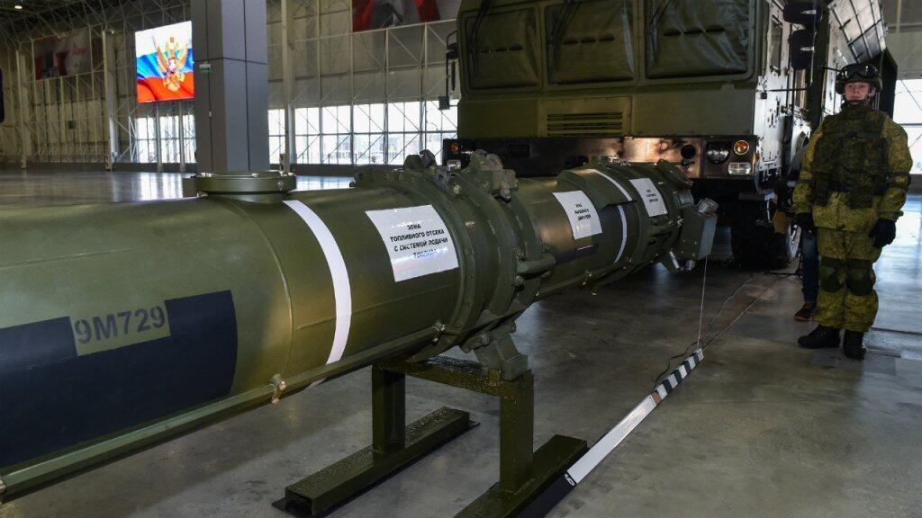 Funcionarios del Ministerio de Defensa de Rusia muestran el misil de crucero 9M729 en el Parque Patriot militar el 23 de enero de 2019. Según Rusia, el arma no afecta el tratado debido a su rango.