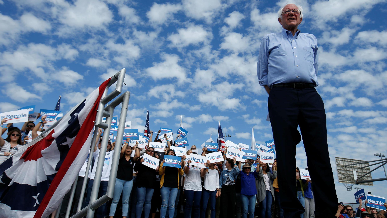 El precandidato demócrata a la presidencia, Bernie Sanders, celebra un acto de campaña en Santa Ana, California, EE. UU.,  el 21 de febrero de 2020.