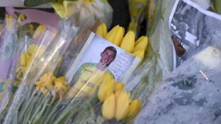 Des fleurs posées à l'entrée du Stade de la Beaujoire à Nantes, le 30 janvier 2019, en hommage au buteur argentin.