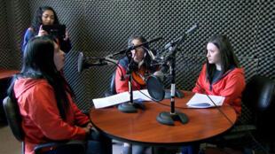 Un grupo de internas participa del programa radial 'Palabra Libre' en Ecuador.