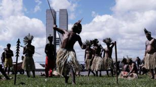 Un grupo de indígenas participa del reclamo frente al Congreso de Brasil en Brasilia, el 25 de abril de 2019.