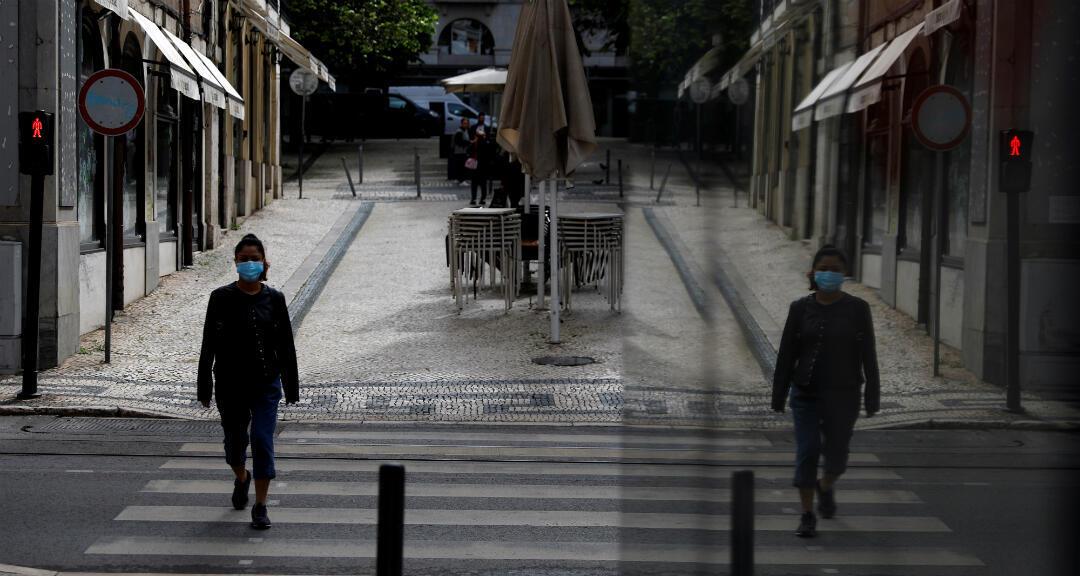 Una mujer con una mascarilla camina en el centro de Lisboa, Portugal, el 14 de mayo de 2020.