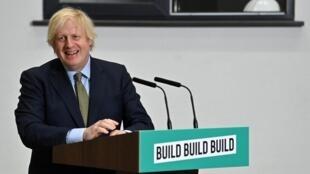 Boris Johnson sonríe durante las preguntas que le hicieron tras su discurso en el Dudley College of Technology, el 30 de junio de 2020 en Dudley, en el centro de Inglaterra