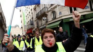 Manifestantes participan en una protesta del movimiento 'chalecos amarillos' en el centro de París, Francia, el 22 de diciembre de 2018.