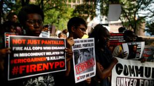 Una multitud espera la llegada de Gwen Carr, madre de Eric Garner, para una conferencia de prensa frente a la sede de la Policía en Nueva York, Estados Unidos, el 19 de agosto de 2019