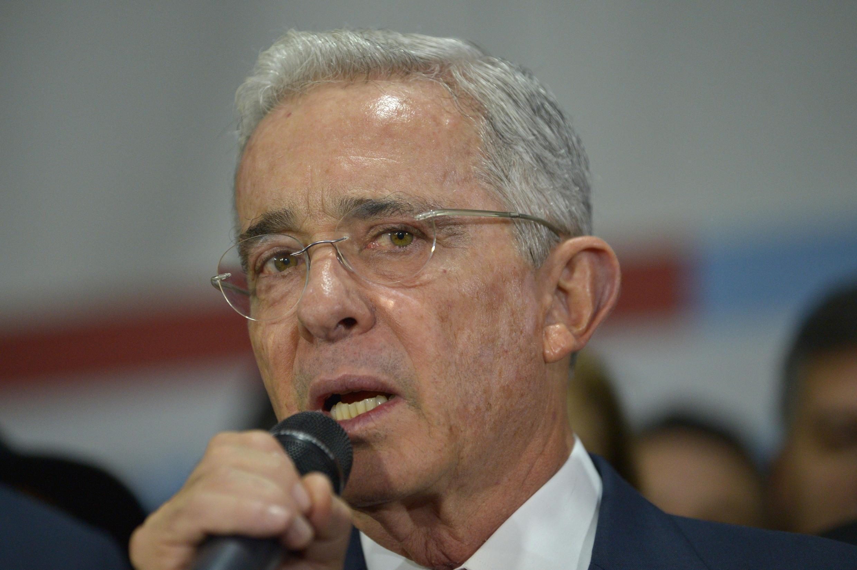 Archivo-El expresidente colombiano Álvaro Uribe habla a simpatizantes en octubre de 2019 en la sede del partido político Centro Democrático en Bogotá, luego de su audiencia en la Corte Suprema por manipulación de testigos.