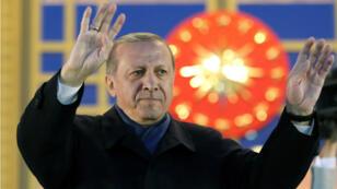 Le président turc Erdogan remercie ses partisans dans un discours le 17 avril 2017.