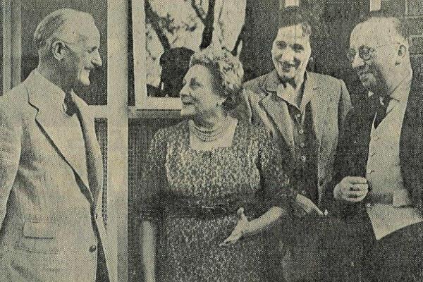 Émilienne Moreau (au centre), célébrant en octobre 1959 le souvenir de la bataille de Loos entourée d'anciens de la 15e division écossaise, Lytham