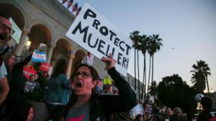 Decenas de manifestantes se reúnen frente al Ayuntamiento para participar en una protesta para exigir la protección de la investigación sobre la trama rusa, dirigida por el asesor especial Robert Mueller, en Los Ángeles, California, EE. UU., el 8 de noviembre de 2018.