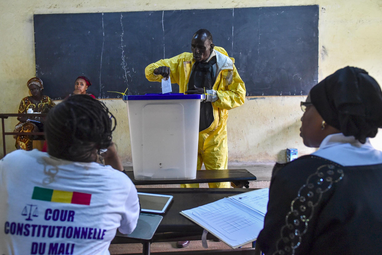 Un électeur malien glissant son bulletin dans l'urne, à Bamako, le 12 août.