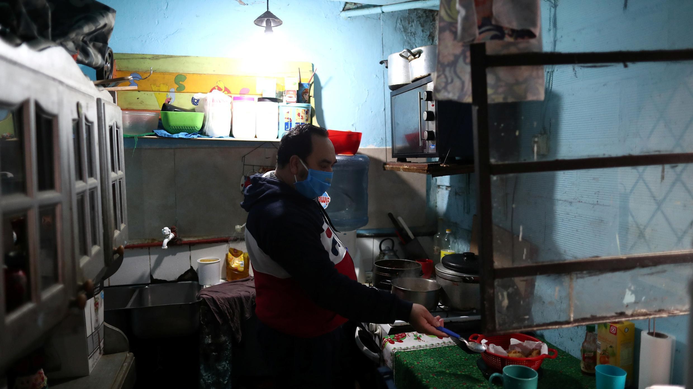 Antonio Chenarce, un panadero de 49 años que cocina en su casa, durante la propagación de la enfermedad por coronavirus, en Buenos Aires, Argentina, el 2 de julio de 2020.
