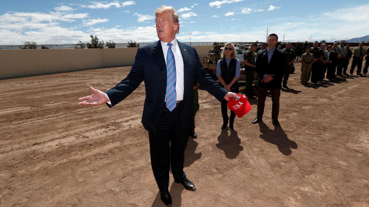 (Archivo) El presidente de Estados Unidos, Donald Trump, durante una visita a la frontera con México en Calexico, California, el cinco de abril de 2019.