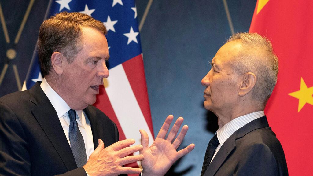 Archivo: El representante comercial estadounidense Robert Lighthizer conversa con el viceprimer ministro chino Liu He.