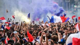 Dans les rues de Paris, mardi 10 juillet, les mêmes scènes de liesse qu'en 1998, lors de la victoire des Bleus de Zidane.