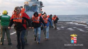 Une capture d'écran d'une vidéo réalisée par la marine italienne montre l'évacuation de plusieurs passagers, lundi 29 décembre 2014.