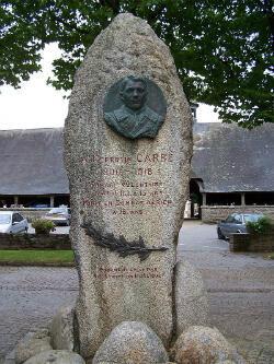 Monument à la gloire de Jean-Corentin Carré sur la place centrale du Faouët