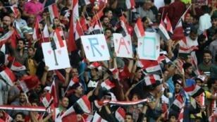 مشجعون للمنتخب العراقي خلال مباراة قطر في البصرة، في 21 آذار/مارس 2018