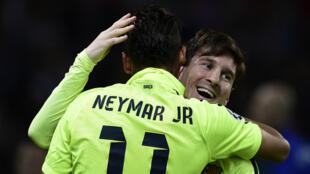 L'attaquant du FC Barcelone Neymar célèbre son but avec Lionel Messi.
