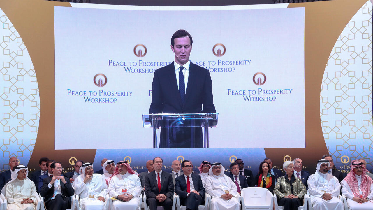 """Jared Kushner présentant le volet économique du plan américain lors de la conférence """"Peace to Prosperity"""" à Manama."""