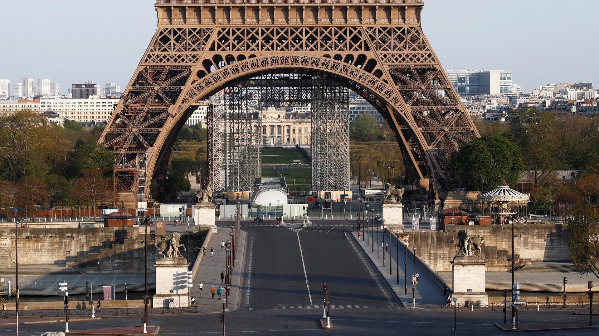 شوارع العاصمة الفرنسية باريس شبه خالية بسبب إجراءات الحجر الصحي بهدف الحد من تفشي فيروس كورونا، 8 أبريل/نيسان 2020.