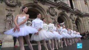 Des danseuses en tutu blanc ont exécuté, mardi 24 décembre, des tableaux du Lac des cygnes devant le parvis de l'Opéra Garnier à Paris.
