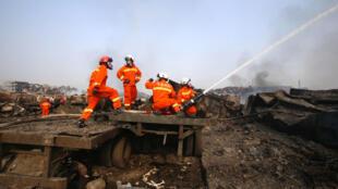 فرق الإطفاء تواصل إخماد الحرائق في ميناء تيانجين في 15 آب/أغسطس 2015