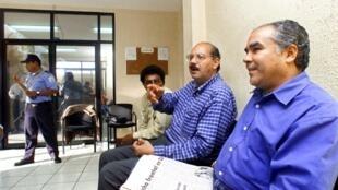 Noel Vidaurre (D), junto a José Antonio Alvarado, hablan con amigos, el 7 de junio de 2001 en Managua