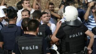 الشرطة التركية تمنع نوابا موالين للأكراد من دخول جيزره 10 أيلول/سبتمبر 2015