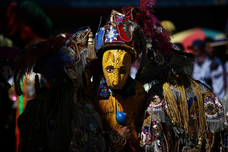 En Guatemala, los bailarines tradicionales conmemoran el Día de los Muertos con la carrera anual de caballos, en el pueblo de Todos Los Santos, Cuchumatan, 1 de noviembre de 2017.