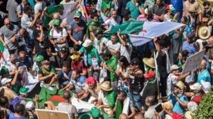 Des manifestants algériens défilent dans les rues de la capitale, Alger, réclamant le départ de la classe dirigeante, le 16août2019.
