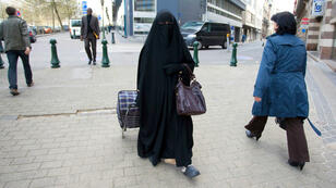 Une femme porte le niqab à Bruxelles, le 27 avril 2010, avant l'interdiction de cette tenue.