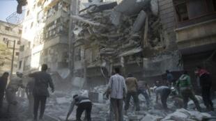 مدنيون ومسعفون في موقع غارة في حي الشعار في حلب في 27 أيلول/سبتمبر 2016