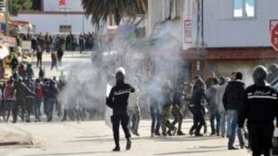 مواجهات بين محتجين وقوات الأمن التونسية إثر تظاهرة احتجاج وإضراب عام في مدينة سجنان بالشمال التونسي في 12 كانون الأول/ديسمبر 2017