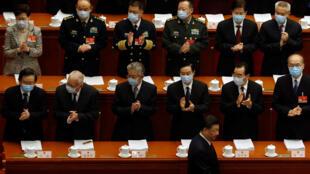نواب صينيون يصفقون لدى دخول الرئيس إلى البرلمان الصيني. 05 مارس/آذار 2021.