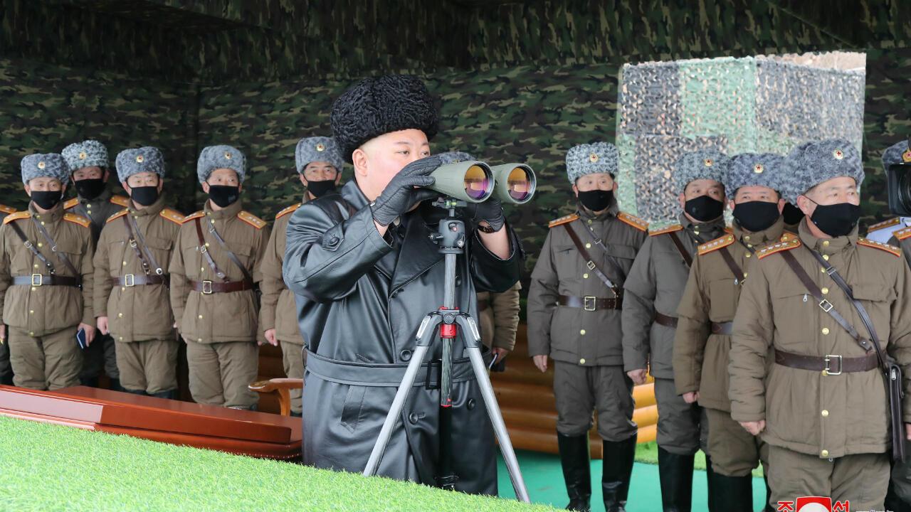 El líder norcoreano Kim Jong Un asiste a un simulacro realizado por una unidad del Ejército Popular de Corea (KPA), Corea del Norte en esta imagen publicada por la Agencia Central de Noticias de Corea del Norte (KCNA) el 29 de febrero de 2020.