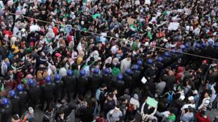 A pesar del despliegue policial, miles de estudiantes salieron a las calles el 5 de marzo para exigir la renuncia del presidente del país, Abdelaziz Bouteflika, quien se postuló como candidato para las elecciones presidenciales de abril por quinta vez.