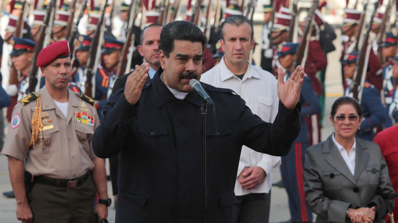 El presidente de Venezuela, Nicolás Maduro, brinda un discurso tras su arribo al aeropuerto Simón Bolívar de La Guaira, el 7 de octubre de 2017.