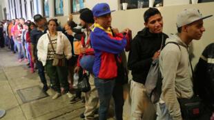Inmigrantes venezolanos hacen fila en el puesto fronterizo de Tumbes, Perú, antes de que entre en vigencia una medida que les exige un pasaporte para ingresar al país. 24 de agosto de 2018.