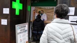 Des personnes attendent devant une pharmacie pour effectuer un test antigénique, le 8 février 2021 à Vienne, en Autriche