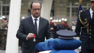 François Hollande a remis mardi 25 avril 2017 la Légion d'honneur à titre posthume à Xavier Jugelé, abattu la semaine précédente sur les Champs-Élysées.