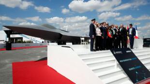 El presidente francés Emmanuel Macron da la apertura de la edición número 53 del evento aeronáutico más importante del mundo.