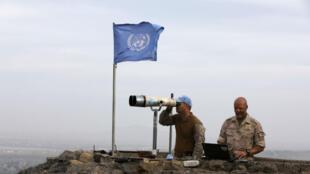 Dos soldados de la ONU hacen labores de vigilancia desde un puesto en el Monte Avital, en los Altos del Golán ocupados por Israel cerca de la frontera con Siria.